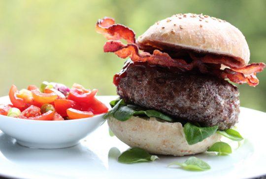Image: Ostefylte baconburgere med speltbrød og tomatsalsa