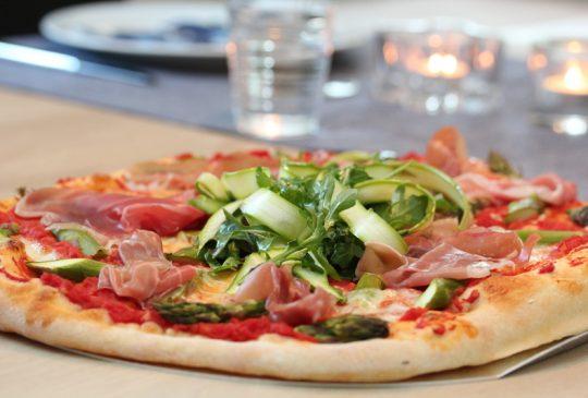 Image: Pizza med asparges og spekeskinke