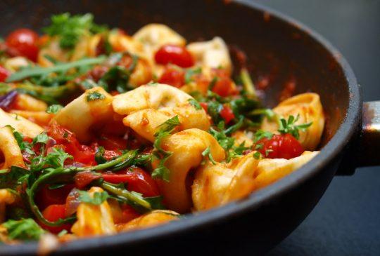 Image: Tortellini med tomater og ruccula