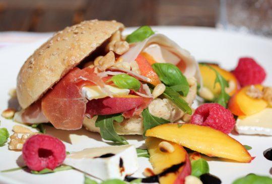 Image: Skinkesandwich med brie, nektariner og balsamicosirup