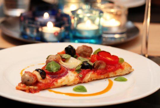 Image: Pølsepizza med paprika og oliven