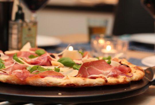 Image: Eltefri pizza med parmaskinke, mozzarella og konfiterte tomater