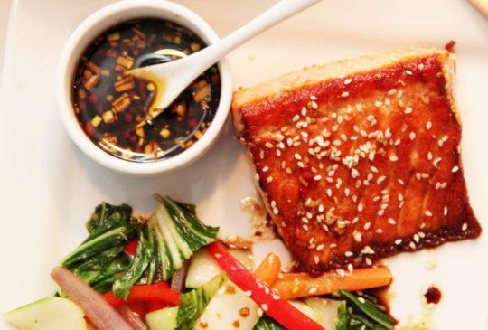 Image: Laks med sesamfrø, soyasaus og lun pak choysalat