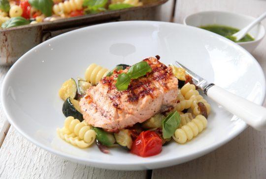 Image: Grillet laks med pastasalat og basilikumpesto