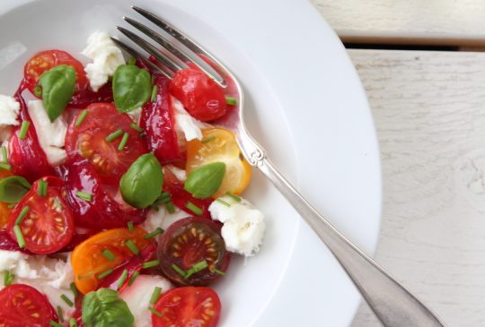Image: Tomat- og mozzarellasalat med syltet rødløk