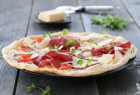 Image: HVIT PIZZA MED BRESAOLA, MOZZARELLA OG TOMATER