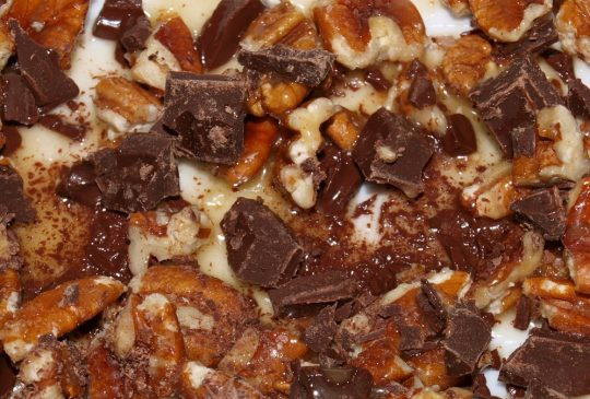 Image: Vaniljeis med sjokoladeglasserte pekannøtter