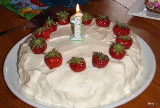 Image: Bløtkake med jordbær og ananas