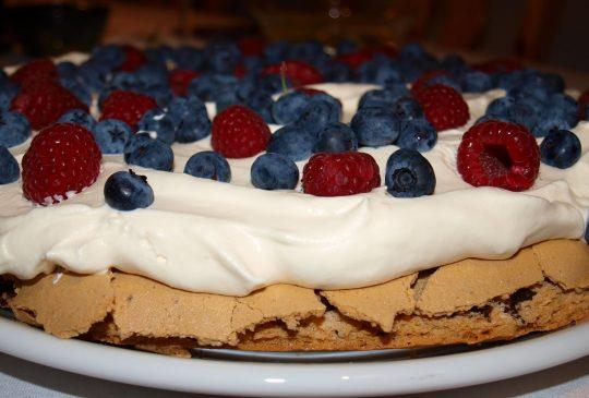 Image: Pavlova med syrlig krem og friske bær