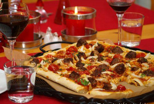 Image: Romjulspizza med kjøttboller og løk