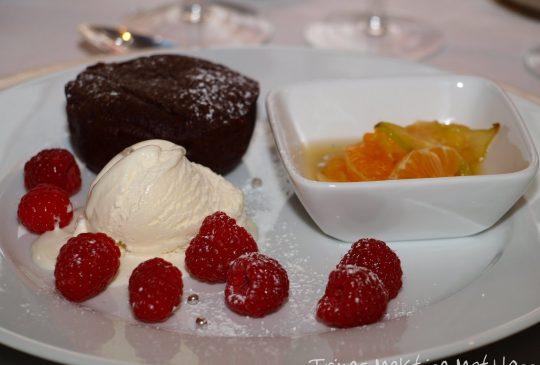 Image: Valrhona sjokoladekake med frisk frukt i sirup og vaniljeis