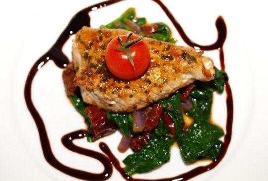 Image: Urteschnitzel med lun spinatsalat