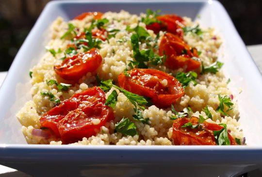 Image: Couscous-salat med rødløk, sitron, urter og ovnsbakte tomater