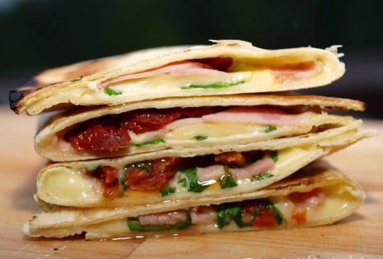 Image: Quesadillas med ruccula, ost, skinke og soltørket tomat