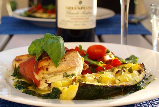 Image: Ostefylte kyllingbryst med parmaskinke, squash, tomatsalat og basilikumolje