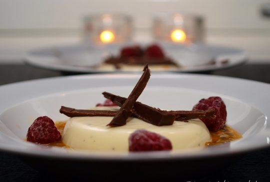 Image: Panna cotta med pasjonsfruktsaus, bringebær og mørk sjokolade