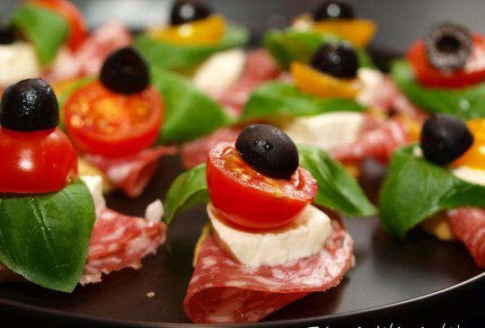 Image: Crostini med italiensk salami, mozzarella, tomat, basilikum og oliven
