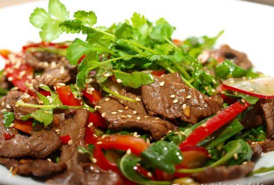 Image: Thaisalat med oksekjøtt, paprika, reddiker, agurk og koriander