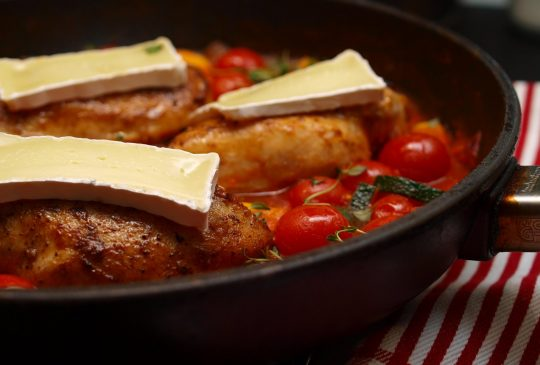 Image: Kylling med brie og spicy tomatsaus