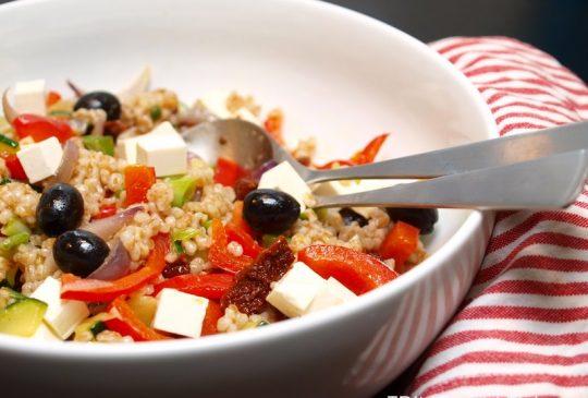 Image: Lun speltsalat med tomat, oliven og feta
