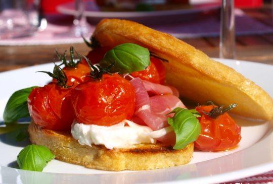 Image: Bruschetta med parmaskinke, mozzarella og konfiterte tomater