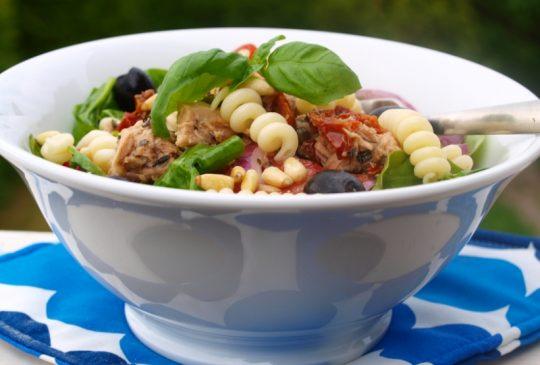 Image: Pastasalat med tunfisk, spinat, tomat og kapers