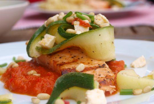 Image: Grillet laks med paprikasaus og squashsalat