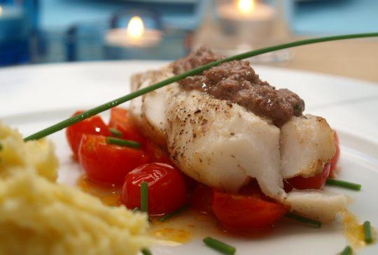 Image: Pannestekt torsk med tapenade, lune tomater og potetpurè