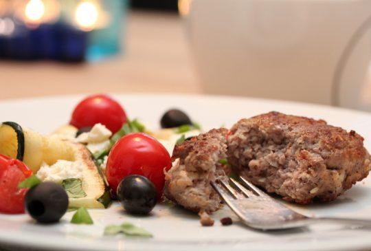 Image: Lammekarbonader med squash, tomat, oliven og feta