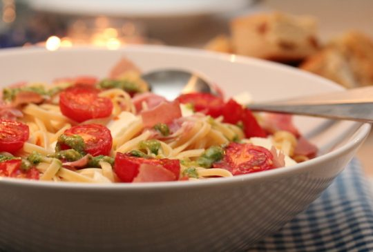 Image: Pasta med skinke, tomat, mozzarella og pesto