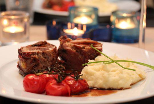 Image: Parmasurret svinefilet med balsamicosjy, ovnsbakte tomater og sellerirotmos