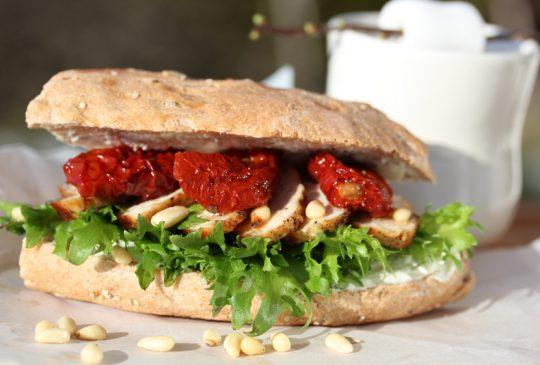Image: Sandwich med kylling, soltørket tomat og pinjekjerner