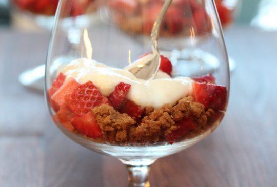 Image: Jordbær med syrlig sjokoladekrem og crumble