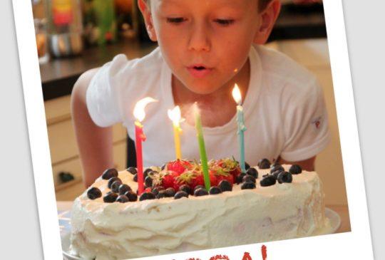Image: Bursdagsbløtkake med jordbær og vaniljekrem