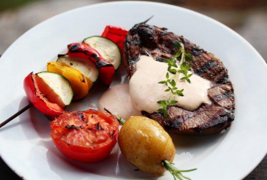 Image: Grillet lammelår med grønnsaksspyd og feta- og chilikrem