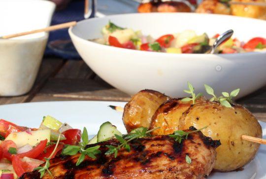 Image: Honning- og urtemarinert kylling med grillede nypoteter og hvitløkskrem