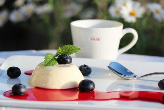 Image: Panna cotta med bringebærsaus og blåbær