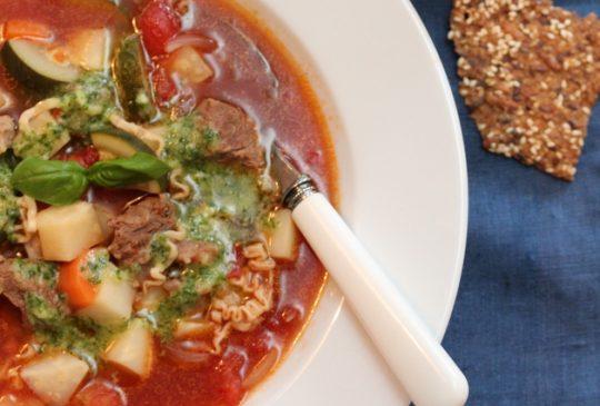 Image: Biffsuppe med tomater, nudler og pistou