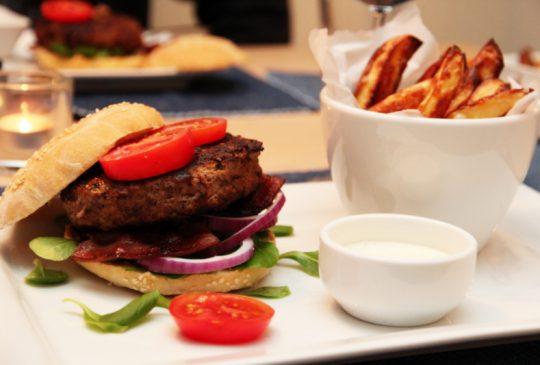 Image: Chiliburger med bacon, ovnsstekte poteter og hvitløkskrem