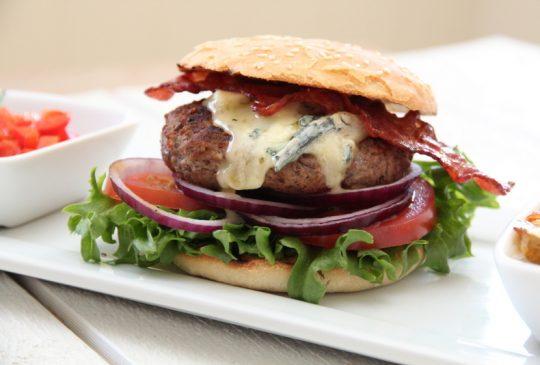 Image: Hamburgere med paprikasalsa, bacon og blåmuggost